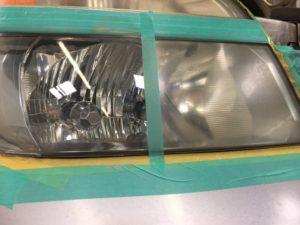 ヘッドライトカバーの曇りを無くし新車の輝きを取り戻します